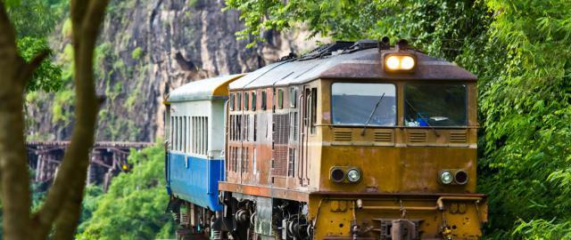 Famoso tren sobre el rio Wai